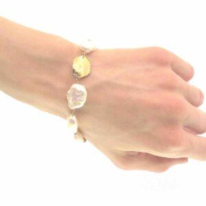 Bracciale oroe perle barocche bianche.